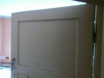 Zabytkowe drzwi drewniane z kompletem zawiasów